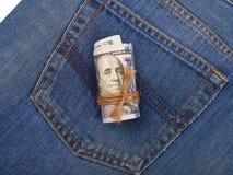 100-доллар представляет счет свернутый и связанный с веревочкой на backgrou Стоковая Фотография RF