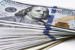 доллар 100 счетов один стог Стог денег наличных денег в 100 банкнотах доллара Куча 100 долларовых банкнот на белизне Стоковое Изображение RF