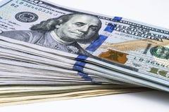 доллар 100 счетов один стог Стог денег наличных денег в 100 банкнотах доллара Куча 100 долларовых банкнот на белизне Стоковые Фото