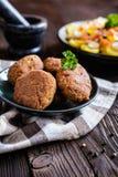Оладь оладьи вегетарианца сделанные из гречихи, фасоли, лук-порея, гарнированный с картошкой и испаренным vegetble Стоковое Изображение RF