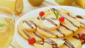 Оладь оладьи с свежими фруктами и ягодами сток-видео