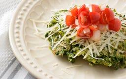 Оладь оладь шпината покрытая с томатами и сыром Стоковые Фотографии RF