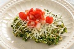 Оладь оладь шпината покрытая с томатами и сыром Стоковое Фото