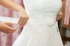 Кто помогает невесте одевать