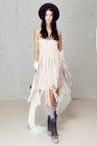 Одежда и шляпа света девушки платья пинка хиппи ветреные Стоковое Фото