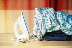 Одежда на таблице Стоковое Изображение