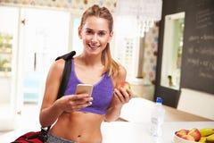 Одежда спортзала женщины нося выбирая плодоовощ от шара Стоковое Фото