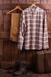 Одежда фермера на деревянной предпосылке стоковые изображения rf