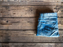 Одежда ` s детей, джинсы на деревянной форме Одежды, стиль, мода стоковые изображения rf