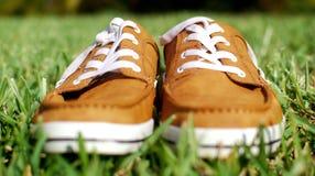 Одежды вверх родового зашнурованного ботинка на зеленой траве Стоковые Изображения RF