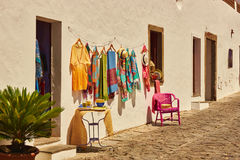 Одежды вися в улице португальской деревни Monsaraz Стоковая Фотография