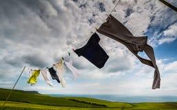 Одежды вися на линии Стоковое Фото