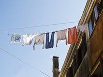 Одежды вися для того чтобы высушить в Италии, Стоковые Фотографии RF