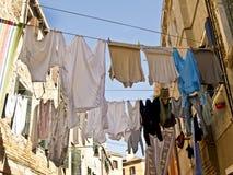 Одежды вися для того чтобы высушить в Италии, Стоковые Изображения RF