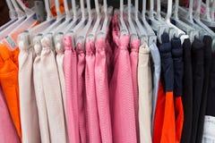 Одежды в вешалках Стоковые Фото
