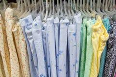 Одежды в вешалках Стоковое Фото