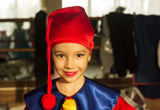 Одежды гнома славного счастливого ребенк нося Стоковые Изображения RF