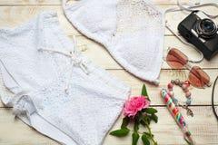 Одежды девушки лета моды установили с камерой и аксессуарами Обмундирование лета Ультрамодные солнечные очки моды, цветки Дама Es Стоковые Изображения RF