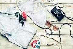 Одежды девушки лета моды установили с камерой и аксессуарами Обмундирование лета Ультрамодные солнечные очки моды, цветки Дама Es Стоковые Изображения