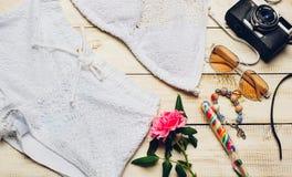 Одежды девушки лета моды установили с камерой и аксессуарами Обмундирование лета Ультрамодные солнечные очки моды, цветки Дама Es Стоковое фото RF