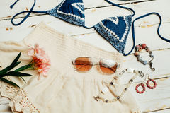 Одежды девушки лета моды установили с камерой и аксессуарами Обмундирование лета Ультрамодные солнечные очки моды, цветки Дама Es Стоковая Фотография