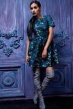 Одежды дела ботинок высоких пяток костюма платья красивого сексуального молодого состава вечера волос бизнес-леди нося верхние дл Стоковое фото RF