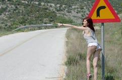 Одежды женской одежды горячие прячут поворот опасности знака уличного движения Стоковая Фотография RF