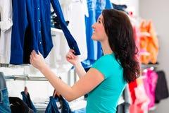 Одежды женщины покупая в магазине Стоковое Изображение RF