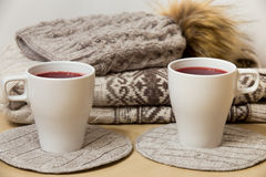 Одежды зимы и 2 чашки обдумыванного вина Стоковые Изображения