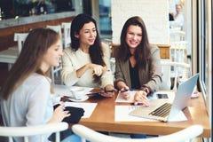 Одежды дизайнеров девушек работая совместно для того чтобы увеличить доход от продаж чувствуя exciting о делать хорошую работу Стоковые Изображения