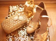 Одежды и аксессуары женщин золотисто ботинки способа Роскошное je Стоковая Фотография RF