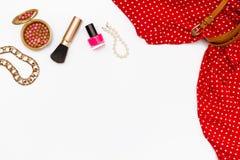 Одежды и аксессуары плоского положения женственные на белой предпосылке Стоковое Фото