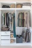 Одежды и смертная казнь через повешение платья на рельсе в белом шкафе Стоковая Фотография