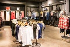 Одежды моды на шкафах в магазине одежд красоты Стоковое фото RF