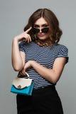 Одежды моды нося винтажные солнечные очки, оборудование, стиль отдыха, яркая женщина стоковые фото