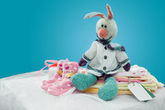 Одежды младенца с карточкой Стоковое фото RF