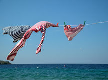 Одежды на проводе и море засыхания стоковые фотографии rf