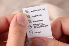 Одежды обозначают с инструкциями чистки Стоковая Фотография RF
