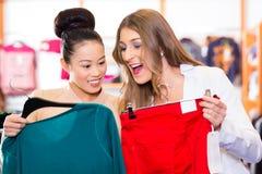 Одежды покупок женщины в магазине моды Стоковое Фото