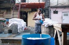 Одежды работника моя на Dhobi Ghat в Мумбае, Индии Стоковые Фото