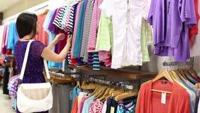 одежды смотря женщину акции видеоматериалы