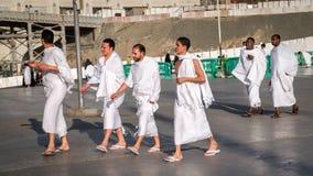 Одежды ihram мусульман нося и подготавливают для хаджа Стоковые Фото