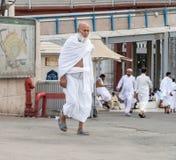 Одежды ihram мусульман нося и подготавливают для хаджа Стоковое Изображение