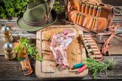 Оленина на таблице охотника в ложе forester стоковое фото