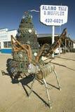 Олени сделанные из шумоглушителей & стога автошин на автошинах Alamo & шумоглушитель в Alamogordo, южном Неш-Мексико с трассы 54 Стоковые Изображения