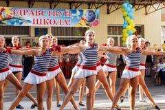 Одесса, Украина - 1-ое сентября 2015: Линия школы в школьном дворе День знания в Украине, группа танца школы Стоковое Изображение