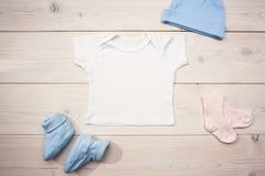 Одеяние младенца на столе Стоковое Изображение