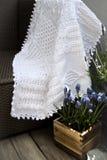 Одеяло младенца Knit кабеля вязания крючком афганское в белизне Стоковая Фотография