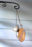 Оле знамя вида гостеприимсва металла с куклой птицы Стоковое Изображение RF