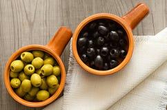 Оливки в керамических чашках на таблице Стоковое Изображение